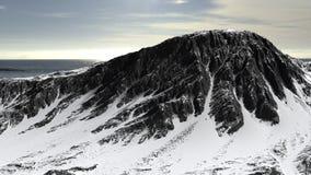 Berg in het panorama dat van het sneeuwlandschap wordt behandeld stock foto's