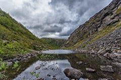 Berg Hibiny, Colahalvön, Nord, sommar, mörker fördunklar Royaltyfria Foton