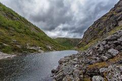 Berg Hibiny, Colahalvön, Nord, sommar, mörker fördunklar Royaltyfri Bild