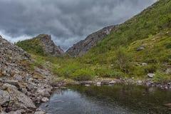 Berg Hibiny, Colahalvön, Nord, sommar, mörker fördunklar Royaltyfria Bilder