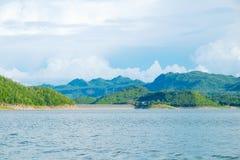 Berg himmel för sjöflod och naturliga dragningar Royaltyfria Foton