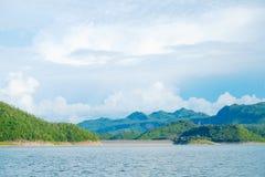 Berg himmel för sjöflod och naturliga dragningar Royaltyfri Bild