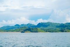 Berg himmel för sjöflod och naturliga dragningar Arkivfoto