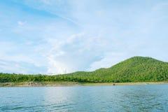 Berg himmel för sjöflod och naturliga dragningar Royaltyfri Fotografi