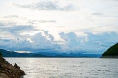 Berg himmel för sjöflod och naturliga dragningar Arkivfoton