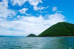 Berg himmel för sjöflod och naturliga dragningar Royaltyfria Bilder