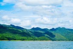 Berg himmel för sjöflod och naturliga dragningar Royaltyfri Foto
