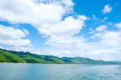 Berg himmel för sjöflod och naturliga dragningar Arkivbilder
