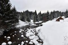 Berg houten die chalet met verse sneeuw wordt behandeld royalty-vrije stock foto's
