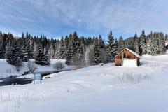 Berg houten die chalet met verse sneeuw wordt behandeld royalty-vrije stock fotografie
