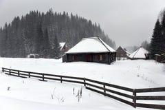 Berg houten die chalet met verse sneeuw wordt behandeld royalty-vrije stock afbeelding