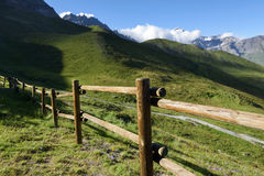 Berg houten omheining Berg landelijke weg Royalty-vrije Stock Foto