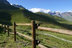 Berg houten omheining Berg landelijke weg Royalty-vrije Stock Foto's