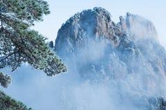 Berg Huang efter insnöad vinter royaltyfria foton