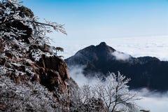 Berg Huang efter insnöad vinter arkivfoto