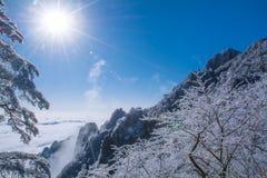 Berg Huang efter insnöad vinter med solsken royaltyfri fotografi