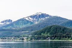 Berg i alaskabo vildmark Arkivfoto