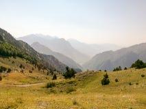 Berg i Albanien med vägen Arkivbild