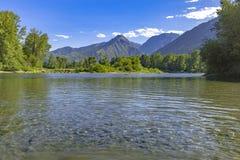 Berg i bakgrunden av den Wenatchee floden Leavenworth Washi Arkivbild