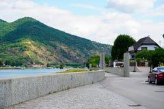 Berg i den Österrike och flodDonauen arkivbild