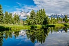 Berg i den storslagna Teton nationalparken med reflexion i Snake River Royaltyfria Foton