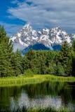 Berg i den storslagna Teton nationalparken med reflexion i Snake River Royaltyfri Bild
