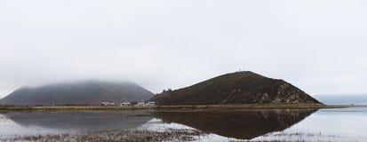 Berg i dimma Arkivfoto