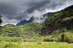 Berg i en dimma och moln och väg tropisk natur tahiti polynesia arkivbilder