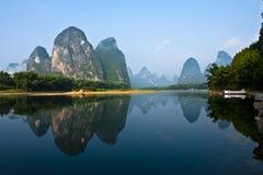 Berg i floden Li Arkivbilder