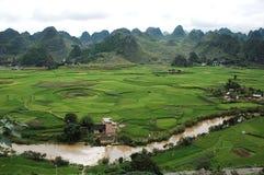 Berg & by i Guizhou, porslin Royaltyfri Foto