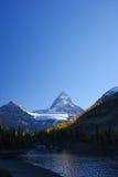 Berg i kanadensiska steniga berg med blå himmel Royaltyfri Foto