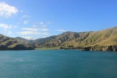 Berg i kocken Strait, Nya Zeeland royaltyfria bilder