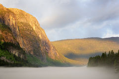 Berg i mist Arkivfoto