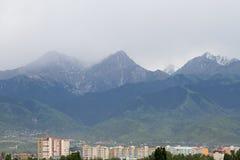 Berg i molnigt väder Arkivfoto