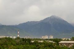 Berg i molnigt väder Royaltyfri Fotografi