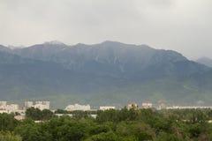 Berg i molnigt väder Arkivfoton