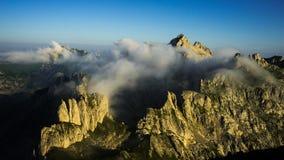 Berg i morgonmisten Royaltyfri Fotografi