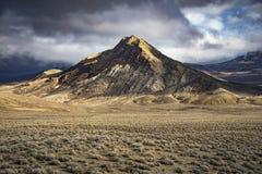 Berg i Nevada Desert med dramatiska ljus och moln Royaltyfria Bilder