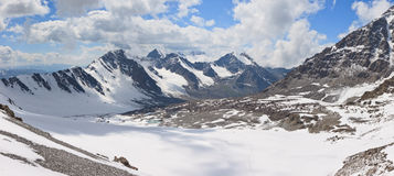 Berg i oklarheterna. Panorama Royaltyfri Foto