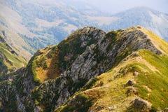 Berg i Sochi Bergskedja i höst Arkivbilder