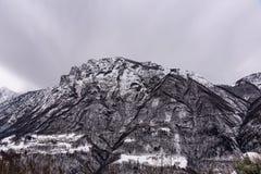 Berg i stormen royaltyfri fotografi