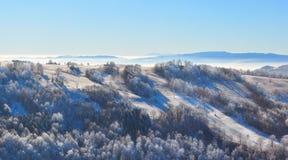 Berg ijzige lanscape, de winterscène stock afbeelding