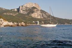 berg Ilyas-Kaya på havet och staden av Laspi, Krim, Ukraina arkivfoton