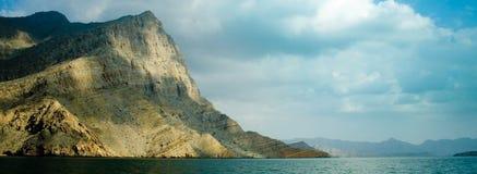 Berg im blauen Wasser Stockfoto