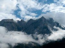 Berg im Nebel Stockbild