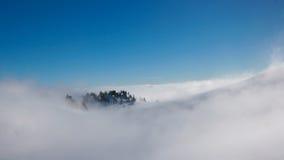 Berg im Nebel lizenzfreies stockbild