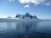 Berg im Ozean Stockbild