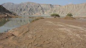 Berg Jebal Jais in Ras al Khaimah, Arabische Emirate überschwemmte nach einem neuen Regensturm, der herauf Wadis füllt und Straße stock footage