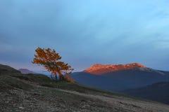 Berg Kara-Dag mit Strahl der Leuchte Lizenzfreie Stockbilder