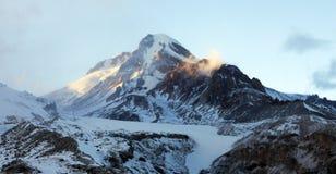Berg Kazbek bei Sonnenuntergang Stockfotografie